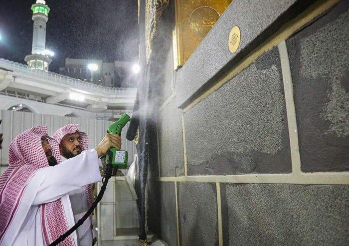 В главных мечетях мира приняты особые меры в связи с коронавирусом.