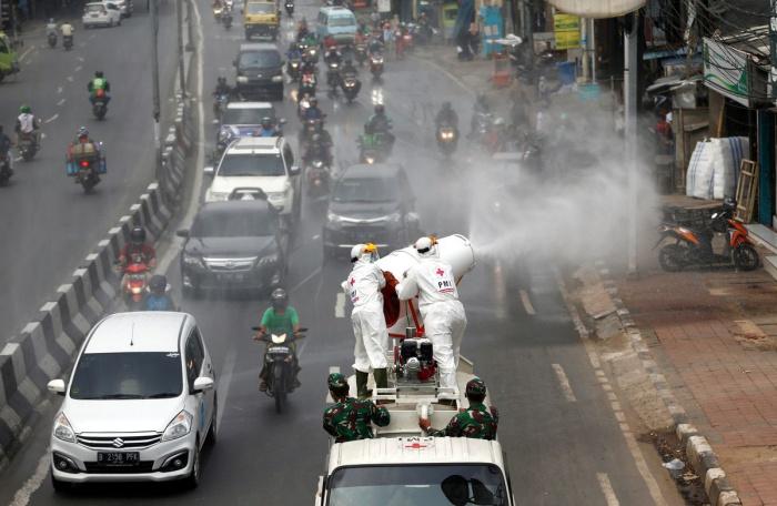 Власти Индонезии ужесточают меры в связи с коронавирусом.