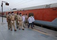 Жителей Индии изолируют в вагонах поездов