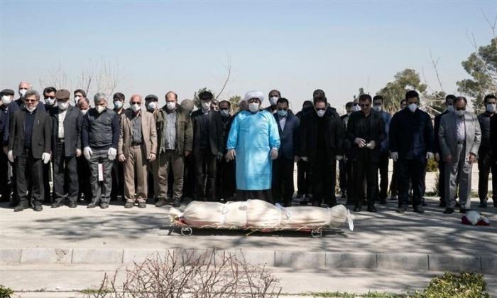 Церемония захоронения скончавшегося от коронавируса в Иране.