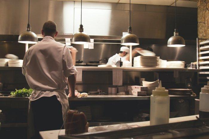 Согласно данным сервиса поиска работы Worki, темпы роста количества вакансий в ресторанном и гостиничном бизнесе в минувшем месяце замедлились