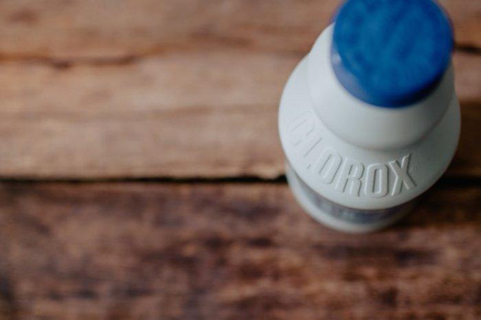Дома рекомендуется применять спиртосодержащие вещества или на активном кислороде, либо другие варианты. Домашние дезинфекторы должны быть более щадящими, чем хлорка