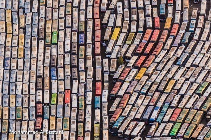 Стоянка автобусов паломников со всего мира. (Фотограф: Мухаммад аль-Бустани)