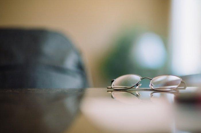 При этом заболевшим людям лучше временно прекратить использовать контактные линзы либо перейти на ношение очков