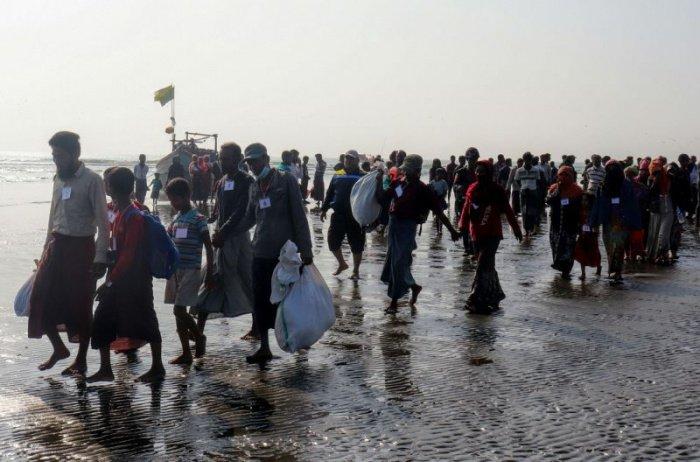 Беженцы рохинджа пытались укрыться от коронавируса на море.