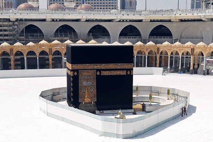 Саудовские власти призвали верующих молиться дома.