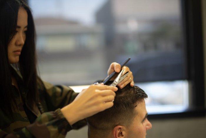 Когда человек находится в местах скопления людей, то распущенные волосы, часто контактируя с лицом, повышают риск инфицирования