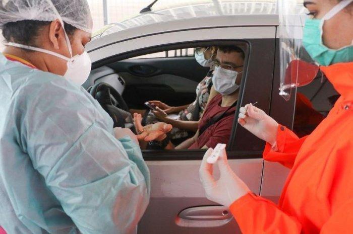 Число заразившихся коронавирусом растет в Казахстане.