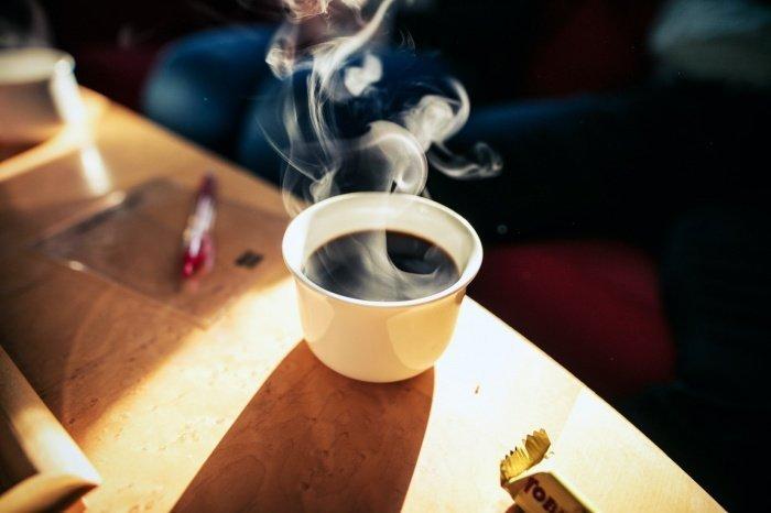 Любителям черного кофе рекомендуется готовить его капельными способами через бумажный фильтр