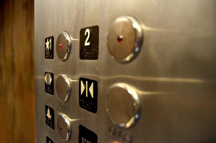 По словам специалиста, в лифте мог ехать человек, уже заболевший COVID-19, и «взвесь» остается в воздухе из-за закрытого пространства в лифте