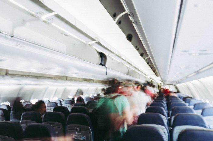 Наиболее грязными поверхностями самолетов являются откидные столики, ремни безопасности, подголовники, карманы на сиденьях