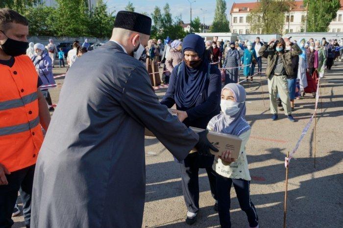 Камиль хазрат принял участие в раздаче нуждающимся ифтар-наборов.