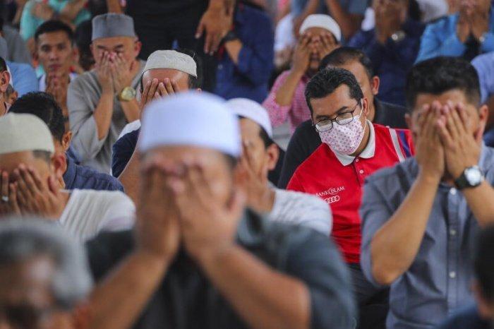 Мусульманам Малайзии разрешили коллективный намаз в мечетях.