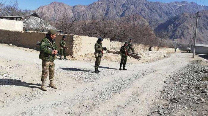 Таджикские и киргизские пограничники обвинили друг друга в перестрелке.