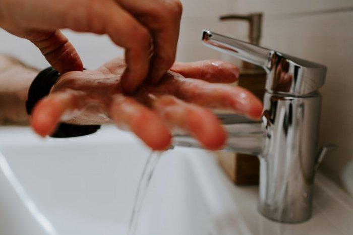 Руки при этом следует мыть от 6 до 10 раз в день