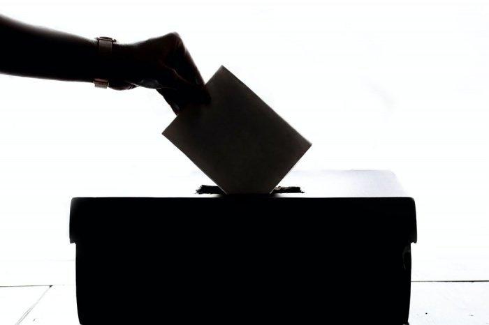 Голосование могут провести под тентами или навесами вблизи зданий, где обычно находятся избирательные участки