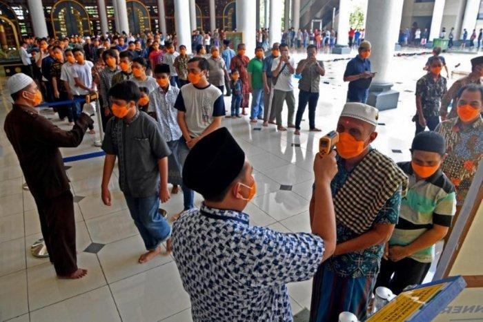 Мусульмане Индонезии снова могут молиться в мечетях.