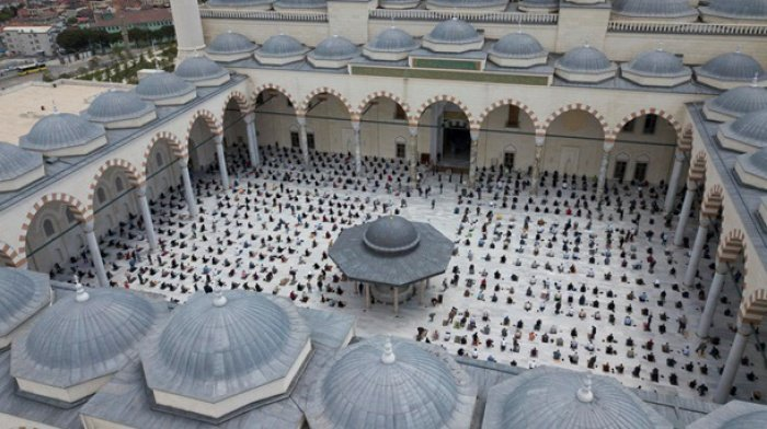 В Турции открыли мечети (фото: EPA)