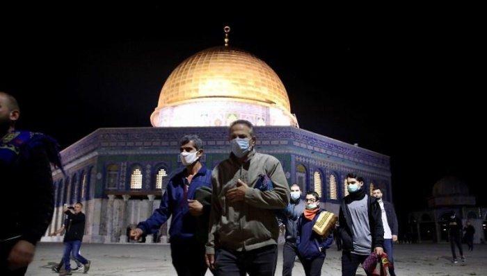 В мечети Аль-Акса возобновились коллективные намазы.