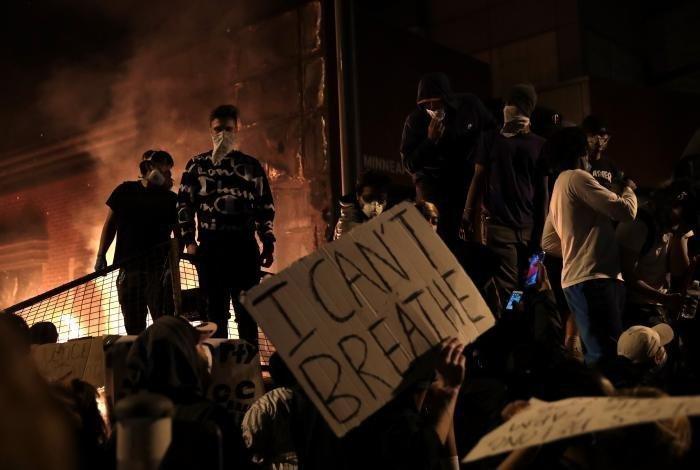 В США продолжаются беспорядки после гибели афроамериканца от рук полицейских.
