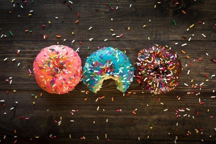 Желательно, чтобы ребенок получал сахар из фруктов, овощей, сухофруктов, а не из печенья и конфет, их употребление стоит ограничить