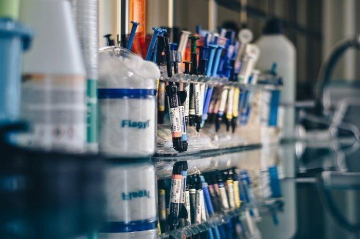 Министерство также рекомендует тестировать на коронавирус и антитела всех пациентов, которые поступают в медицинские учреждения