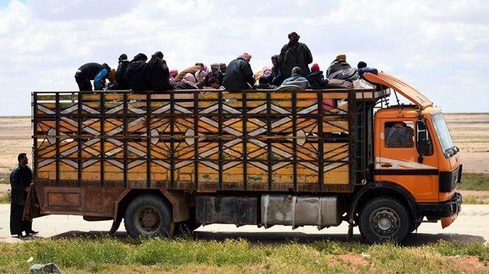 Новая группа беженцев покинула лагерь Рукбан при помощи России.