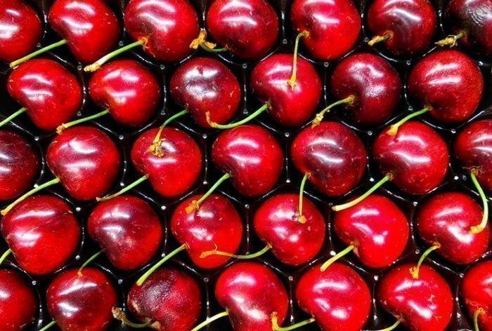 У свежих ягод плодоножка обычно зеленая и эластичная. Потемневшая сухая плодоножка бывает у долго хранившихся ягод,