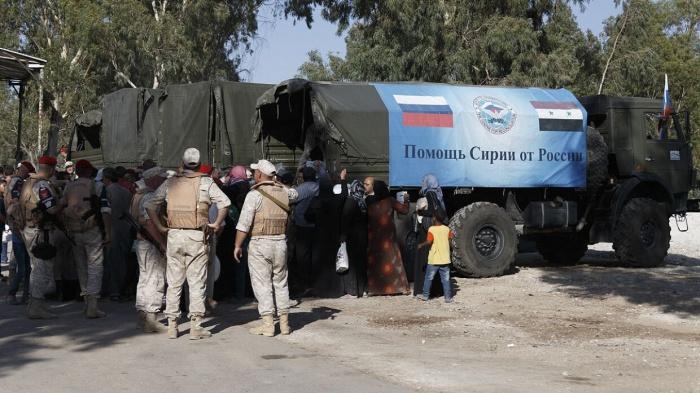 Российские военные передали сирийскому поселку продуктовые наборы.