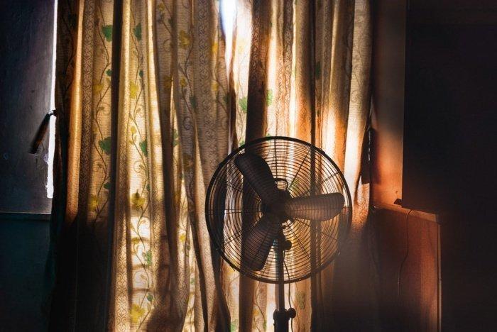 Эксперт Лиги здоровья нации, кардиолог Мехман Мамедов порекомендовал во время жары 2-3 раза в день проветривать помещение, при необходимости принимать душ