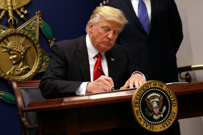 Трамп одобрил введение санкций против китайских чиновников.