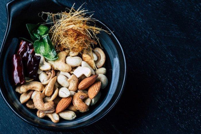 70 грамм орехов снижают холестерин так же, как 10 миллиграммов аторвастатина, одного из популярных лекарств для понижения данного показателя