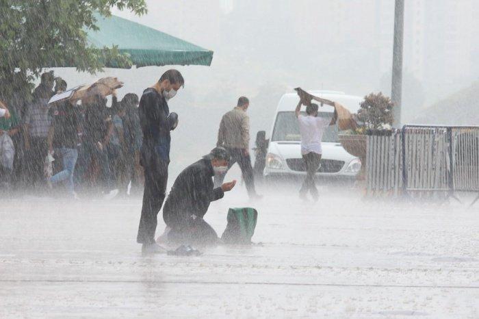 Кадры, наполненные милостью: в Турции мусульмане прочитали намаз под проливным дождем