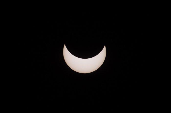 Солнечное затмение в Гонконге (фото: EPA/ТАСС)