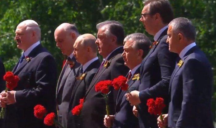 Лидеры стран возложили цветы к Могиле Неизвестного Солдата.