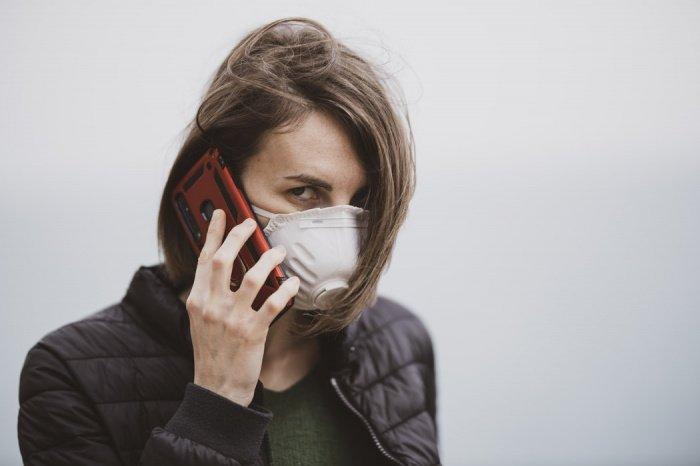 Из-за продолжительного ношения масок у людей появляются мысли об их вреде