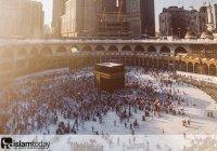 """Почему мусульмане приветствуют и целуют черный камень? (""""Хаджар аль Асвад"""")?"""