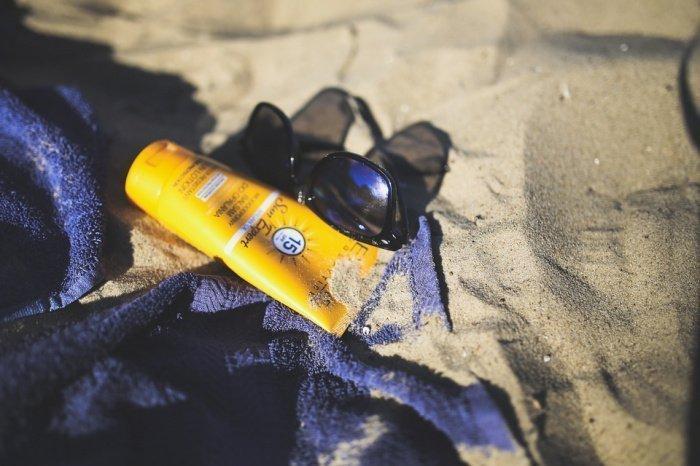 По словам специалиста, излучение от солнца — это высокая радиация, от которой обязательно нужно защищать кожу