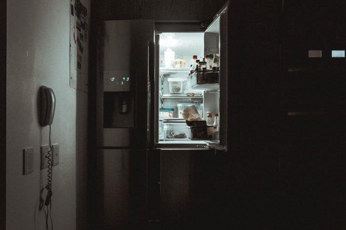Женщина спаслась, спрятавшись за холодильником, который принял на себя удар от обломков здания