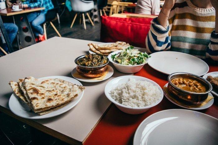 Есть стоит не спеша, прием пищи можно начать с небольшой порции овощного салата, который перебьет аппетит