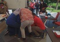 В Индонезии мэр города на коленях извинилась за вспышку COVID-19