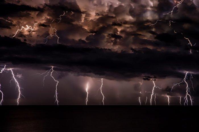 Предыдущий рекорд наиболее длинной вспышки молнии зафиксировали в 2007 году в штате Оклахома, США. Длина молнии тогда составила 321 км