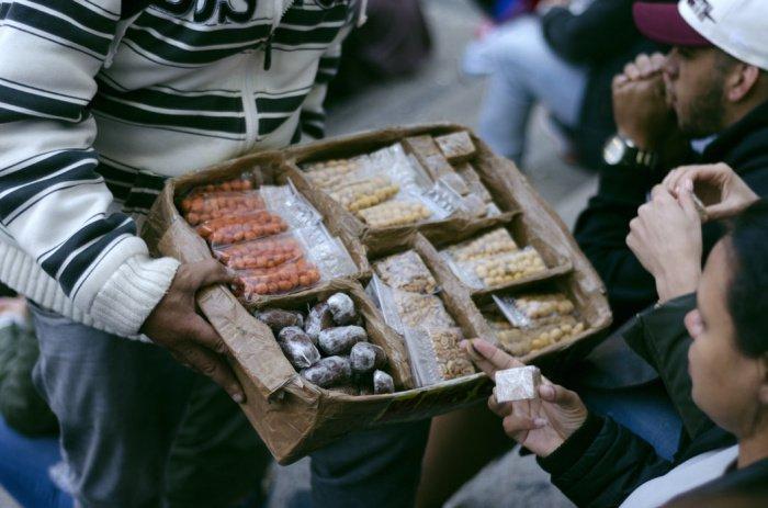 Следует быть осторожнее с продуктами, где много растительных масел - семечками, орешками, зернами