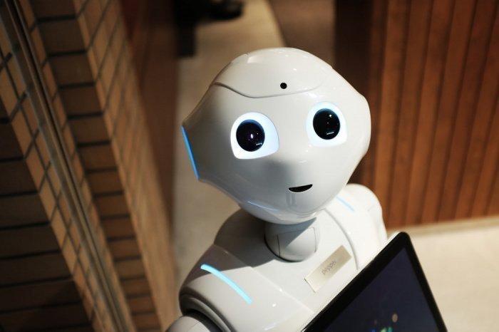 Робот воздействует на вирус коротковолновым ультрафиолетовым излучением