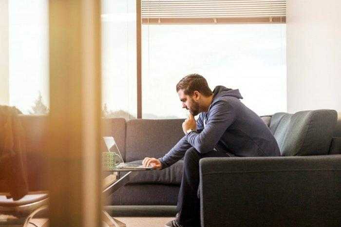 О том, что ноутбук плохо переносит жару, говорит постоянный шум из корпуса, сильный нагрев устройства, долгий отклик на команды, падение частоты кадров