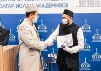 В БИА наградили первых магистров исламских наук, в том числе муфтия РТ
