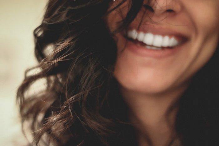 Когда язык человека краснеет и рецепторы на нем становятся ярче, специалист может заподозрить аллергию или нехватку фолиевой кислоты в организме