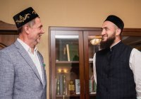Камиль хазрат Самигуллин наградил муфтия ХМАО Тагира хазрата Саматова медалью «Бердәмлек»