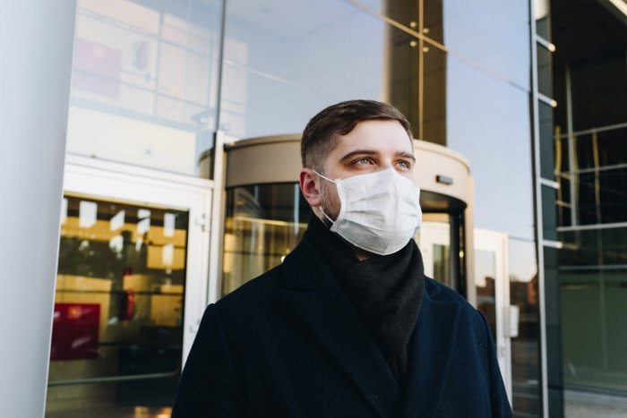По-прежнему нужно носить маски и перчатки в общественном транспорте, медучреждениях, магазинах и других общественных местах