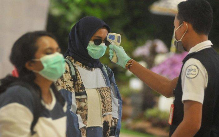 Минздрав Индонезии сообщил о рекордном росте числа случаев заражения коронавирусом.